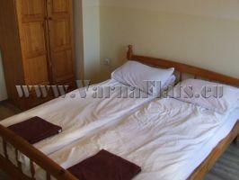 Две дървени легла в апартамента за нощувки във Варна