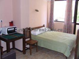 Наеми във Варна - Дървено легло в студия под наем