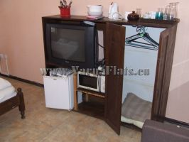 Телевизор холодильник и микроволновая печь в студии, сдающейся в аренду в Варне