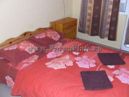 Двуспальная кровать с изголовьем в спальне. Снять квартиру в варне, снять квартиру в варне болгария