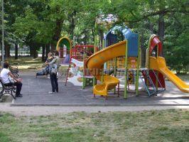 Детска площадка в парк