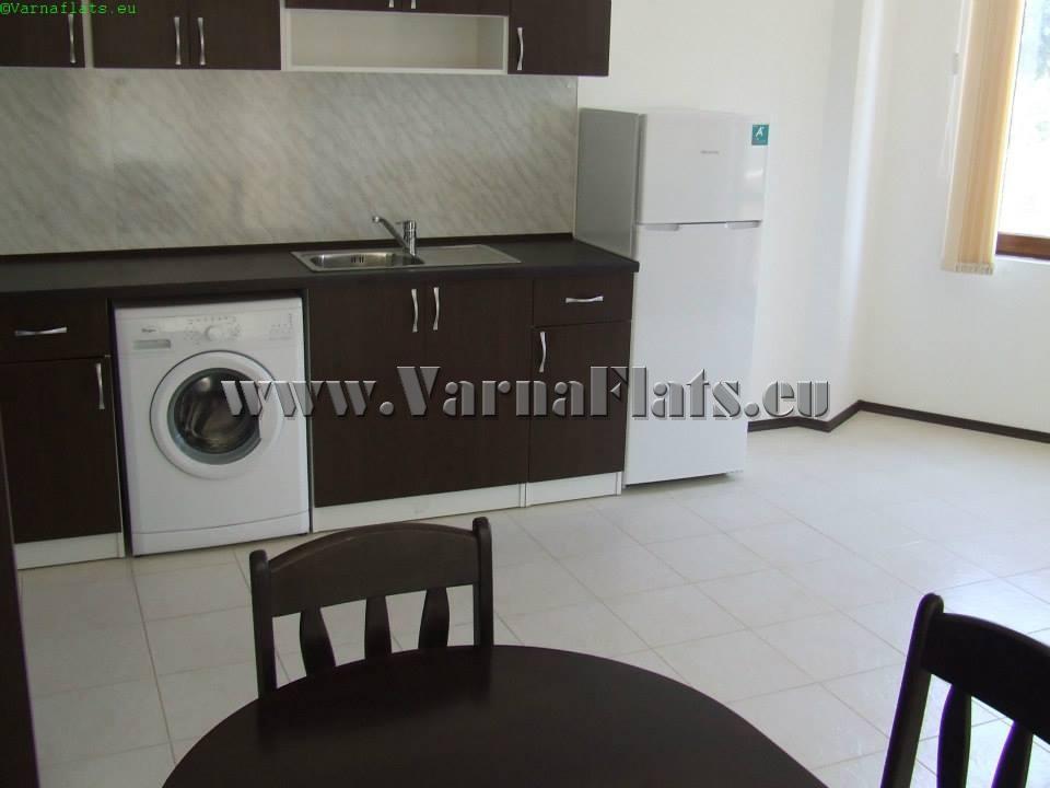 Кухня в белых тонах в трехкомнатной квартире, которую вы можете недорого снять в Варне возле моря