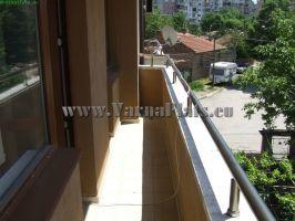 Балкон облицовка выполнена кремовой плиткой