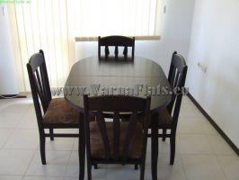 Маса и столове в гостна в апартамента за почивка около Варна