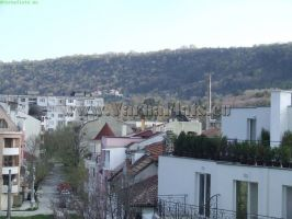 Красива гледка на квартала и горите зад блоковете