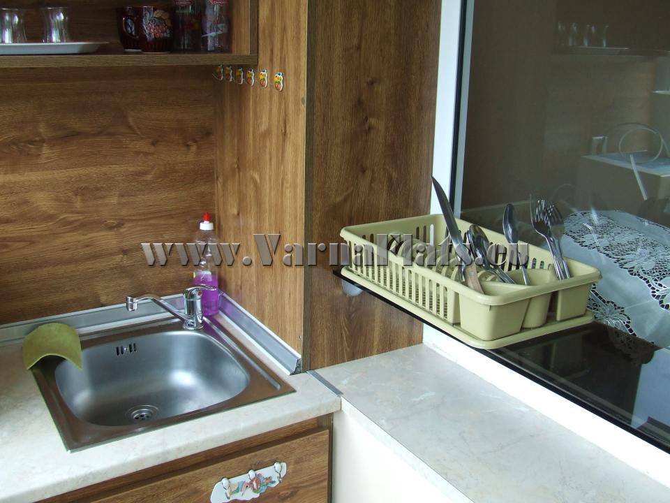 Мивка и шкафове в кухня на студио със спалня