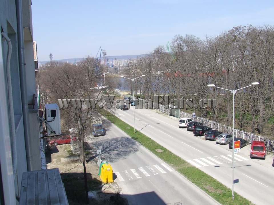 Изглед към улицата и града от студиото