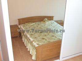 Кровать в  недорогой квартире-студии в Варне на первой линии у моря