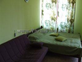 Кровать и прилегающий диван