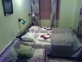 Кровать в спальне квартиру в Болгарии, которую можете снять в  Варне,  с белоснежный чистым бельем