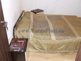 Большая кровать с ортопедическим матрасом в квартире у моря, которую можно снять