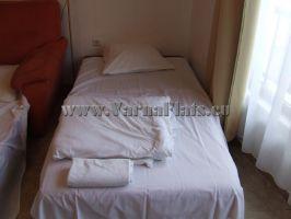 Небольшая кровать около дивана